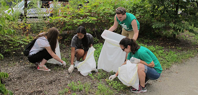 Honors students perform community service at the Eliza Furnace Trail in Downtown Pittsburgh. Photo | Gina Puppo